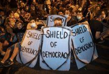 Photo of אלפים בישראל מתקיימים מחוץ לביתו של נתניהו בגלל טענות השחיתות