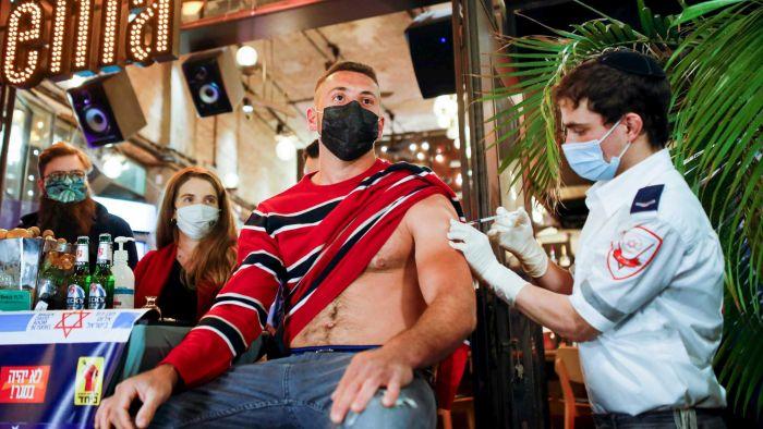 Photo of ישראל נותנת לעולם הצצה לעתיד שלאחר החיסון. אבל לא כולם מרוצים