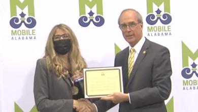 """Photo of ראש העיר שטימפסון מכיר בעובדי בריאות ועיריית ארה""""ב"""