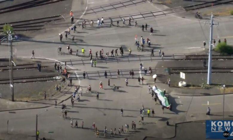 Photo of משטרת סיאטל עוצרת 10 במחאה שחוסמת את ספינת המטען הישראלית